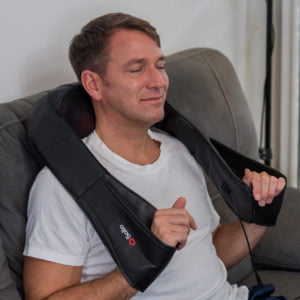 Man sitting nicely and having a neck massage with Solio T-Massager