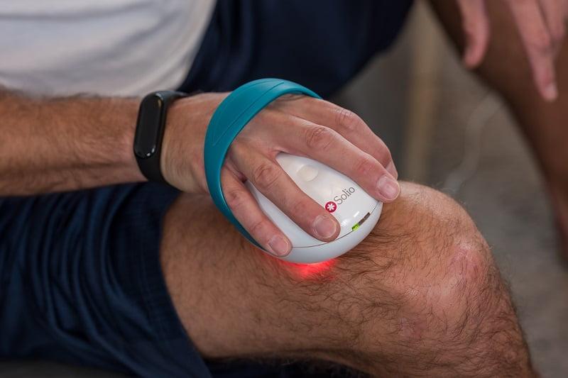 Man applying Solio Alfa Plus on his right knee